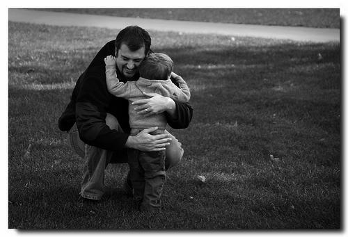 abraço homem e menino